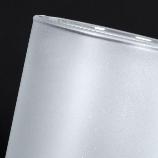 Satinieren lassen sich grundsätzlich alle Gläser. Durch eine spezielle Oberflächenbehandlung der Gläser wirken diese mattiert oder gefrostet. Die satinierte Oberfläche ist absolut spülbeständig. Alle Dekorationsvarianten können mit satinierten Gläsern kombiniert werden. Es handelt sich um einen Prozess welcher im Vorfeld unabhängig von der späteren Dekoration erfolgt. Viele unserer Standardprodukte haben wir bereits satiniert an Lager um die Lieferzeiten so gering wie möglich zu halten. Sollten Sie jedoch ein Glas wünschen, welches nicht standardmässig satiniert im Katalog abgebildet ist, sprechen Sie uns an. Wir sind gerne bereit die Satinierung zu prüfen und Ihnen in der entsprechenden Mindestmenge das gewünschte Glas zu offerieren. Haben Sie sich dann für einen satinierten Artikel entschieden, könnte eventuell ein Glossy-Druck für Sie interessant sein. Dieser lässt den Artikel und somit das Logo des Kunden besonders dezent und exklusiv wirken.